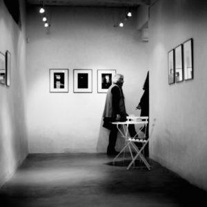 """Bernard Plossu, vue de l'exposition """"Jo le Rouge [ou Le Marin de Gibraltar]"""", La Non-Maison, Aix-en-Provence, 2013 © Melania Avanzato"""